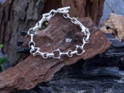 Linked stirrups bracelet